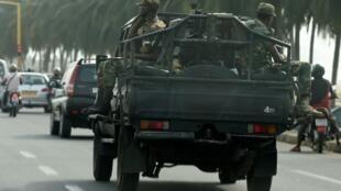 Des soldats togolais patrouillent dans les rues de Lomé, le 24 février alors que le président Faure Gnassingbé vient d'être réélu.