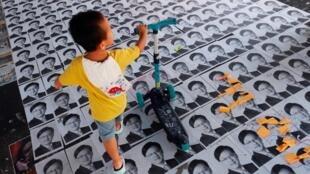 Ảnh nghị sĩ Hà Quân Nghiêu (Junius Ho) in trên poster và dán dưới đất ở nơi công cộng để người đi đường đạp lên. Ảnh trước ga métro Lãng Bình (Long Ping), ngày 21/09/2019.