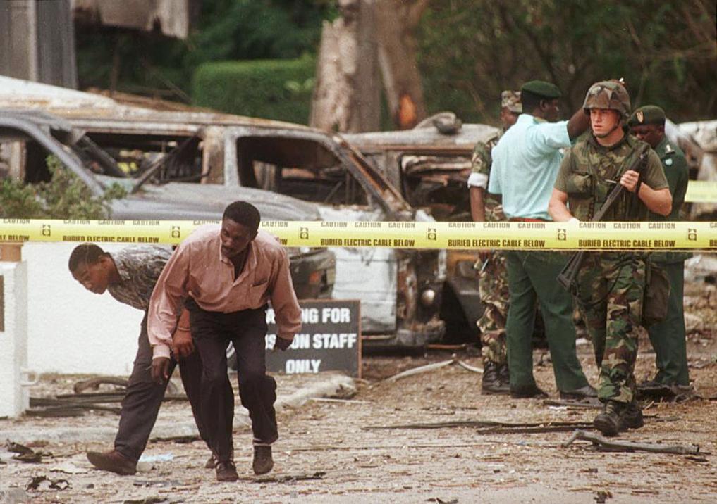 Un soldado estadounidense frente a la embajada de EEUU en Dar es Salaam, Tanzania, el 8 de agosto de 1998