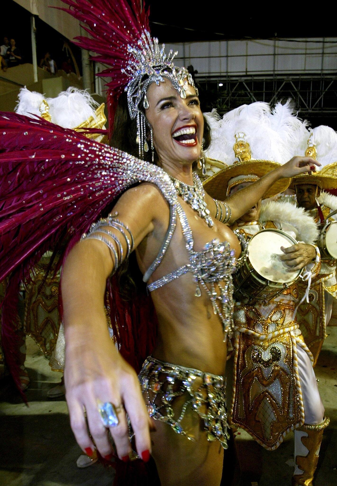 Nghệ sĩ của Moulin Rouge trong trang phục vũ hội Brazil