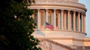 Le drapeau américain flotte sur le Capitole à Washington, en l'honneur du sénateur John MacCain, le 26 août 2018.