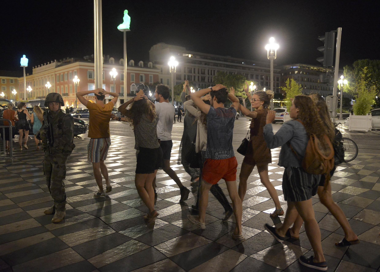 Polícial evacua o local do atentado em Nice.
