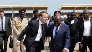 Le président français Emmanuel Macron accueilli par son homologue ghanéen Nana Akufo-Addo, à Accra, le 30 novembre 2017.