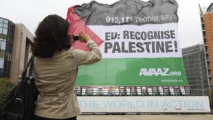 Bandera palestina colocada frente al edificio de la Comisión europea en Bruselas, por la asociación AVAAZ que lucha a favor de la creación del  Estado Palestino.
