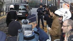 O carro transportando o ex-presidente Nicolas Sarkozy chega ao tribunal de Bordeaux na manhã desta quinta-feira.