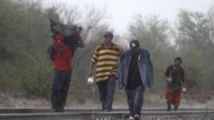 Clandestinos voltam para o México, depois de tentativa fracassada de entrar no Estado do Arizona.