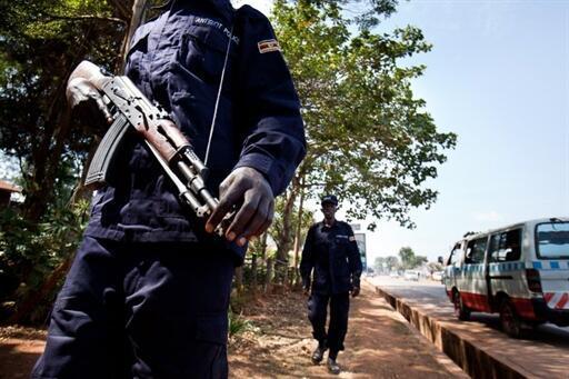 Des policiers ougandais patrouillent à Kampala qui s'apprête à accueillir le Sommet de l'Union africaine, ce 23 juillet 2010.