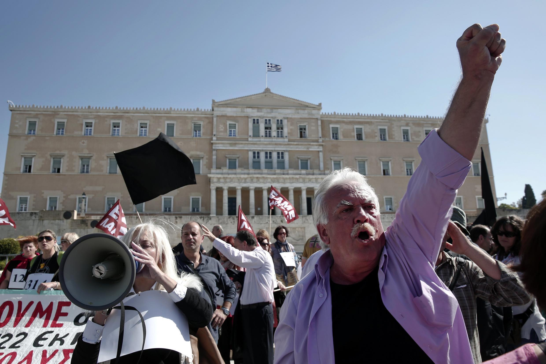 Une manifestation à Athènes de professeurs qui s'opposent à des suppressions de postes dans leur secteur, le 23 octobre 2013.