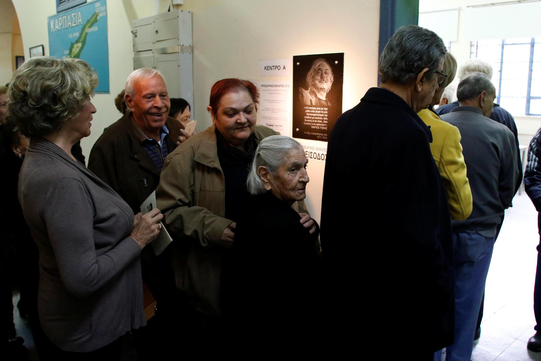 Des Chypriotes font la queue pour aller voteer au second tour de l'élection présidentielle le 4 février 2018.