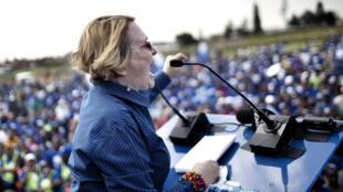 Helen Zille à la tribune face à ses supporters à Soweto, le 12 avril 2014, lorsqu'elle était encore cheffe de file de l'Alliance démocratique.