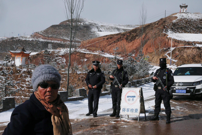 中國暫時對外國遊客關閉西藏。 照片:警察在達勒喇嘛出生地Taktser村入口處的一個檢查站。03/09/19