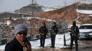 China fecha temporariamente o Tibete para turistas estrangeiros. Foto: Policiais num posto de controle na entrada da vila de Taktser, onde nasceu o Dalai Lama em 1935. 09/03/19