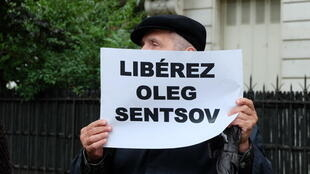 Одна из акций за освобождение Олега Сенцова. Париж. У здания российского посольства