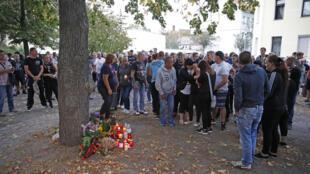 تجمع مردم در محلی که یک جوان آلمانی ٢٢ ساله در درگیری میان سه جوان افغان و چند آلمانی بیگانهستیز در تاریخ ٩ سپتامبر ٢٠۱٨ جان خود را از دست داد.