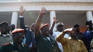 Rais mteule José Mario Vaz, upande wa kulia, na mkuu wa majeshi ya Guinea-Bissau, Jenerali Antonio Indjai, katikati, baada ya mkutano katika ikulu huko Bissau Mei 20, 2014.