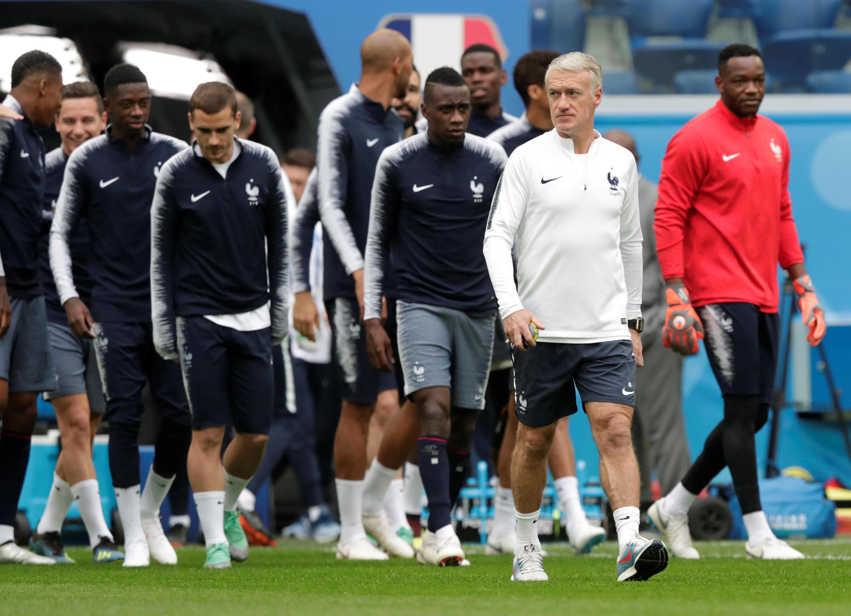 O técnico Deschamps acompanhado de seu time em campo