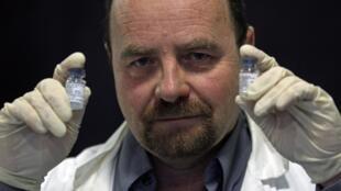 O professor Erwann Loret com as vacinas contra a Aids que serão testadas a partir de fevereiro, em Marselha.