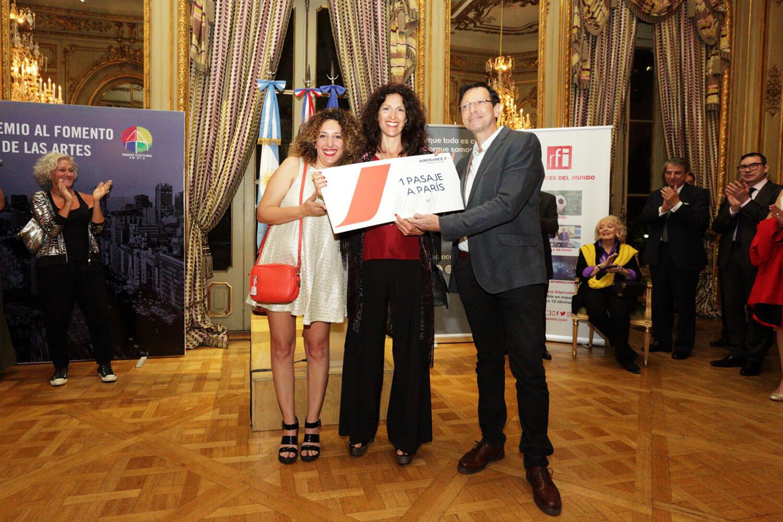 Cynthia Edul entrega Premio a Mariana Blutrach y Daniel Bohm.