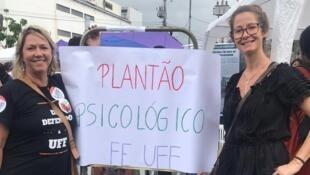 A professora universitária Marília Arreguy (UFF), à direita, coordenadora do grupo de apoio psicológico ao meio acadêmico.