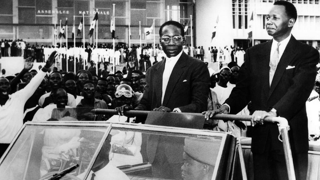 De g. à dr. : Léopold Sedar Senghor, le président du Sénégal et le président du Conseil, Mamadou Dia, le 5 septembre 1960, dans les rues de Dakar.