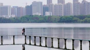 嚴密封鎖兩月多的武漢即將全面解封。一對情人在武漢東湖邊擁抱。