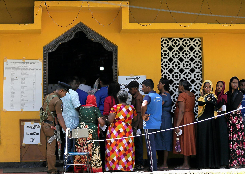 Eleitores fazem fila para votar em Colombo, capital do Sri Lanka.16 de Novembro de 2019.