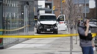 La police inspecte la camionnette qui a fauché plusieurs piétons lundi 23 avril à Toronto, faisant au moins neuf mort et seize blessés.