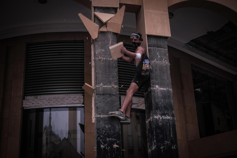Manifestante em Beirute após as explosões no porto a 4 de Agosto.