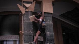 Manifestante em Beirute após a explosão no porto a 4 de Agosto.
