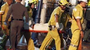 Спасатели выносят тела погибших в результате взрыва в Бангкоке. 17 августа 2015