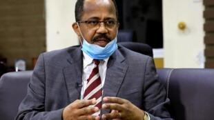 Le ministre soudanais de la Santé, Akram Ali Al-Tom, lors d'une interview à Reuters au milieu des inquiétudes concernant la propagation du coronavirus, à Khartoum, le 11 avril 2020.