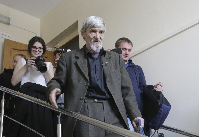 Юрий Дмитриев (в центре) на выходе из зала суда. 5 апреля 2018 г.