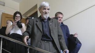 Юрий Дмитриев (в центре) на выходе из зала суда, 5 апреля 2018 г.
