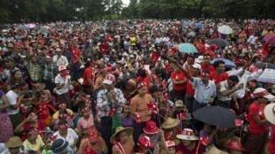 Các ủng hộ viên Liên đoàn Quốc gia vì Dân chủ tập hợp tại Taikkyi, ngoại ô Rangoon, Miến Điện, ngày 10/10/2015