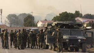 Des soldats tunisiens réunis près de la frontière avec l'Algérie au pied du mont Chaambi, le 2 août 2013.