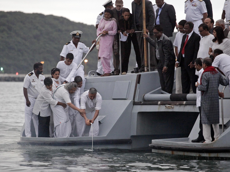 Certaines des  dernières cendres connues du Mahatma Gandhi, gardées secrètement par un proche, ont été immergées au large de l'Afrique du Sud, le 30 janvier 2010.