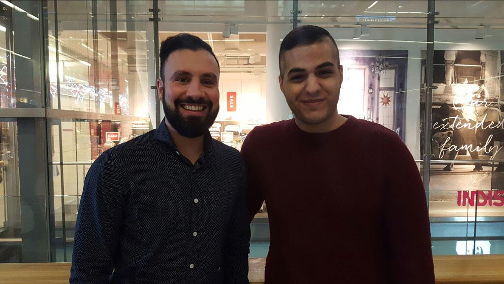 Le jeune Syrien Eyas Taha a trouvé un travail grâce à la formation en codage informatique. Ici avec son formateur Daniel Rahman.