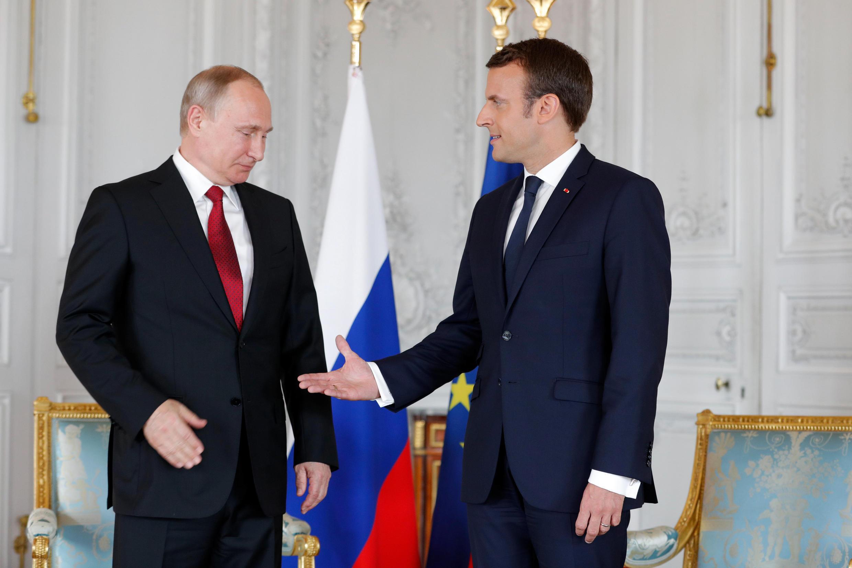 Shugaban Faransa Emmanuel Macron yayin ganawarsa da takwaransa na Rasha Vladimir Putin a Faransa.
