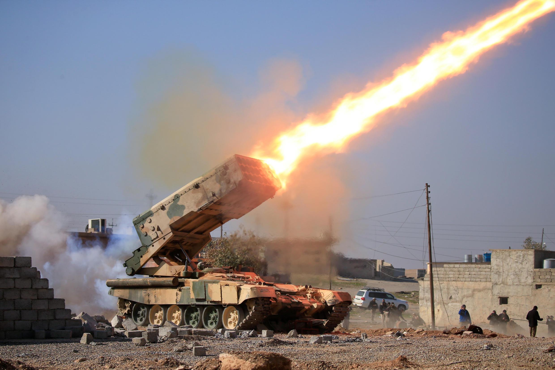 Exército iraquiano lança roquetes contra militantes do E.I durante batalha com militantes islâmicos próximo ao complexo militar de Ghozlani, ao sul de Mossul, no Iraque, 23 de fevereiro de 2017.