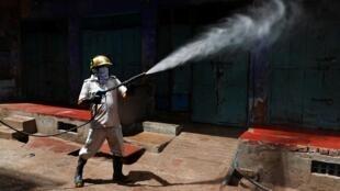Opération de désinfection dans une zone résidentielle d'Agra, le, 23 avril 2020.