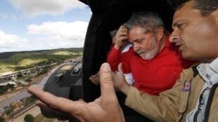 Presidente Lula junto com o governador Eduardo Campos durante sobrevoo a áreas atingidas pelas enchentes no estado de Pernambuco.