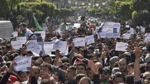 Người dân Algeri biểu tình phản đối tổng thống Abdelaziz Bouteflika ra tranh cử nhiệm kỳ thứ 5, tại thủ đô Alger, ngày 01/03/2019.