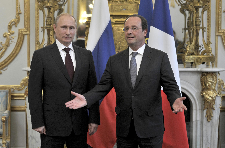 François Hollande (d) foi o primeiro líder ocidental a receber o presidente russo Vladimir Putin (e) desde a anexação da Crimeia.