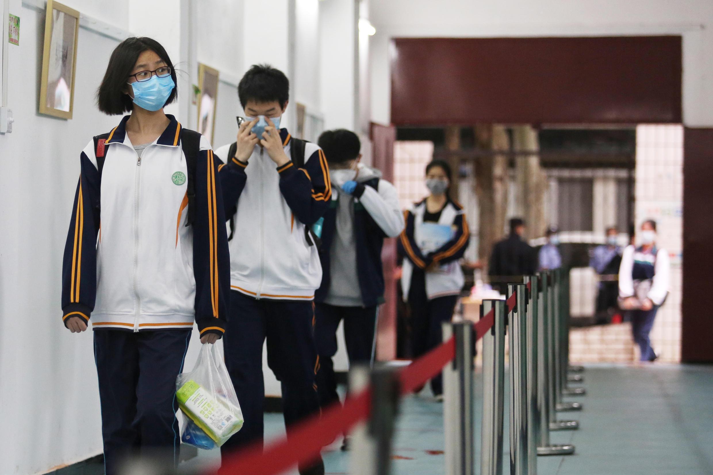 Unos estudiantes de secundaria entran en un colegio de Wuhan, en la provincia china de Hubei, el 6 de mayo de 2020