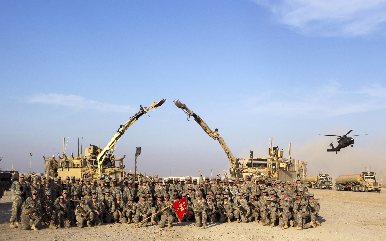 Lính Mỹ chụp ảnh trước căn cứ Adder, gần Nasiriyah, trước khi rút khỏi Irak, 17/12/2011