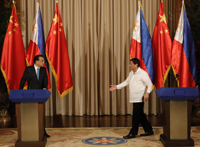 Tổng thống Philippines (P) đón tiếp thủ tướng Trung Quốc Lý Khắc Cường tại Malina ngày 15/11/2017.
