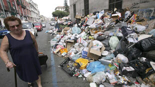 Las calles de Nápoles están invadidas de basura acumulada desde hace muchos meses .