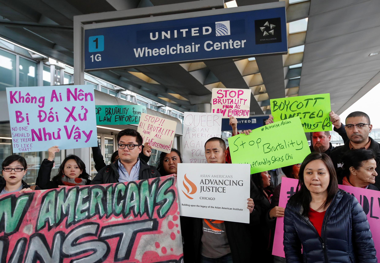 Biểu tình phản đối United Airlines bạo hành bác sĩ David Dao tại sân bay O'Hare International Airport, Chicago, Illinois, Hoa Kỳ, ngày 11/04/2017