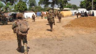 Des soldats de l'armée française se déploient à Bossangoa.