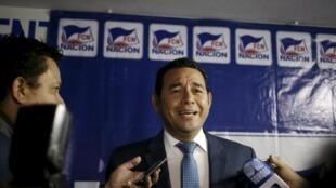 Jimmy Morales, candidat du FCN, devant la presse à Guatemala, au soir du premier tour de l'élection présidentielle, le 6 septembre 2015.